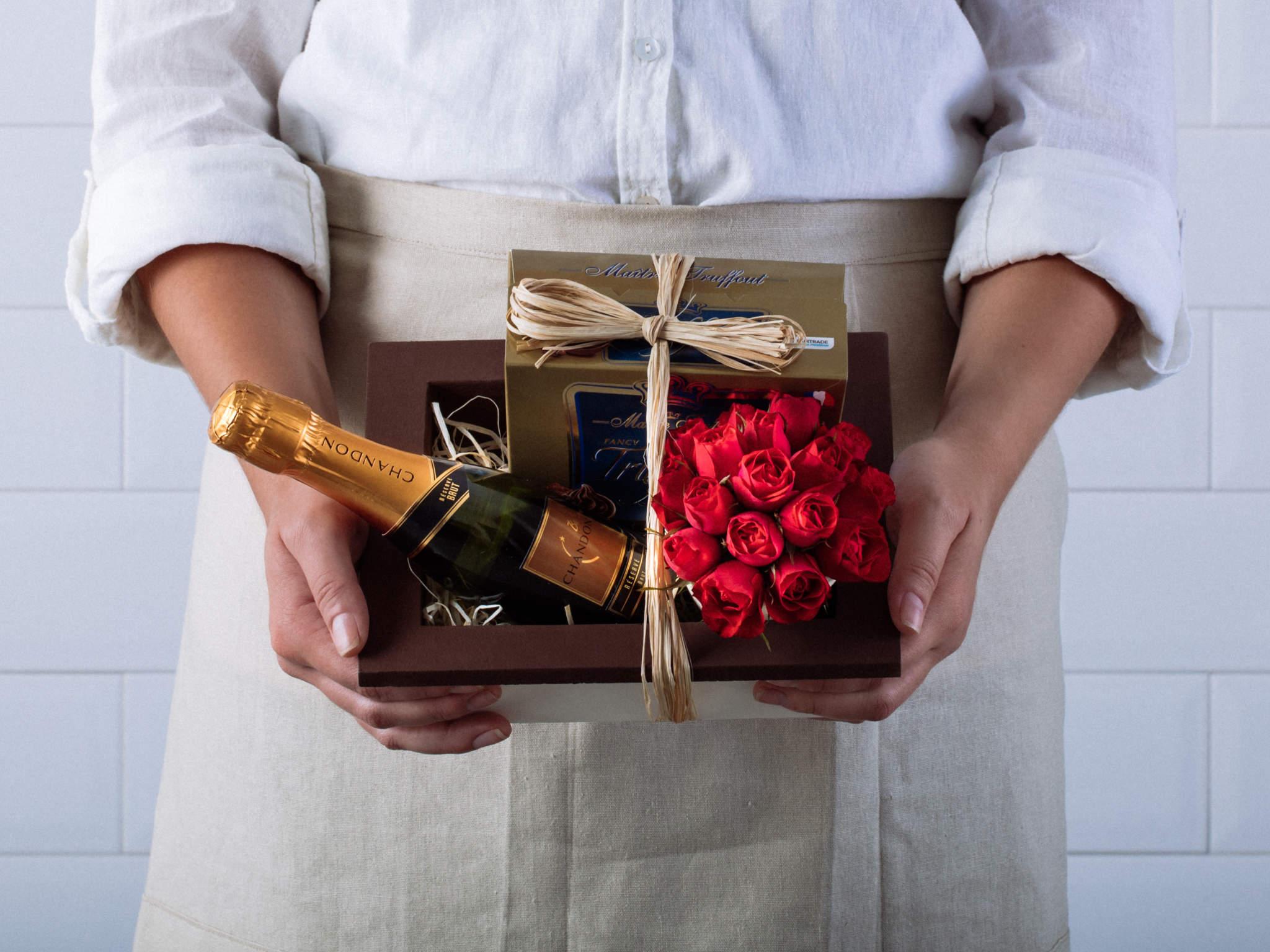 Cesta com Rosas, Espumante Chandon e Chocolate Jacquot